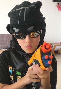 nino-jugando-con-armas-de-juguete-la-gallina-y-los-pollitos-blog