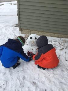 ninos-haciendo-muneco-de-nieve-la-gallina-y-los-pollitos-blog