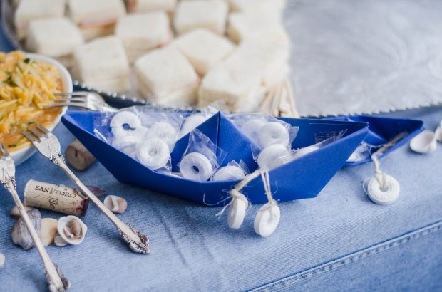 barco de papel origami con salvavidas de dulce