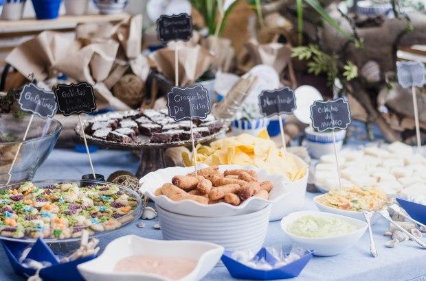Mesa de comidas primera comunión barcos de papel